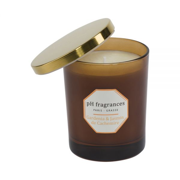 When the Gardenia flirts with the Jasmine, this is the expression of the seduction of the white flowers devilishly engaging. Warm up the atmosphere of your house with this beautiful candle during more than 40 hours.